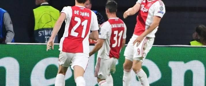 برشلونة يستهدف ظهير أياكس أمستردام في الانتقالات الصيفية المقبلة