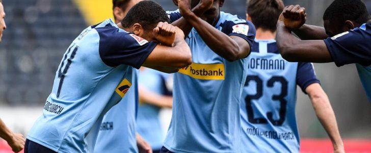 بروسيا مونشنغلادباخ يفوز بثلاثية على آينتراخت فرانكفورت الدوري الألماني